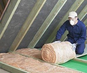 При  выборе изолятора для утепления крыши обращайте особое внимание на его толщину