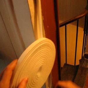 Утепление дверей спасает дом от сквозняков