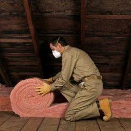 Укладка рулонного теплоизоляционного материала для утепления потолка в деревянном доме