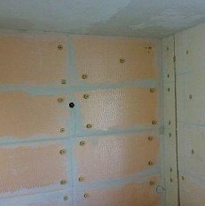 При утеплении дома вспененными полимерами помните о необходимости создания щелевой вентиляции