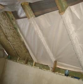 Монтаж пленочного материала для защиты утеплителя от влаги